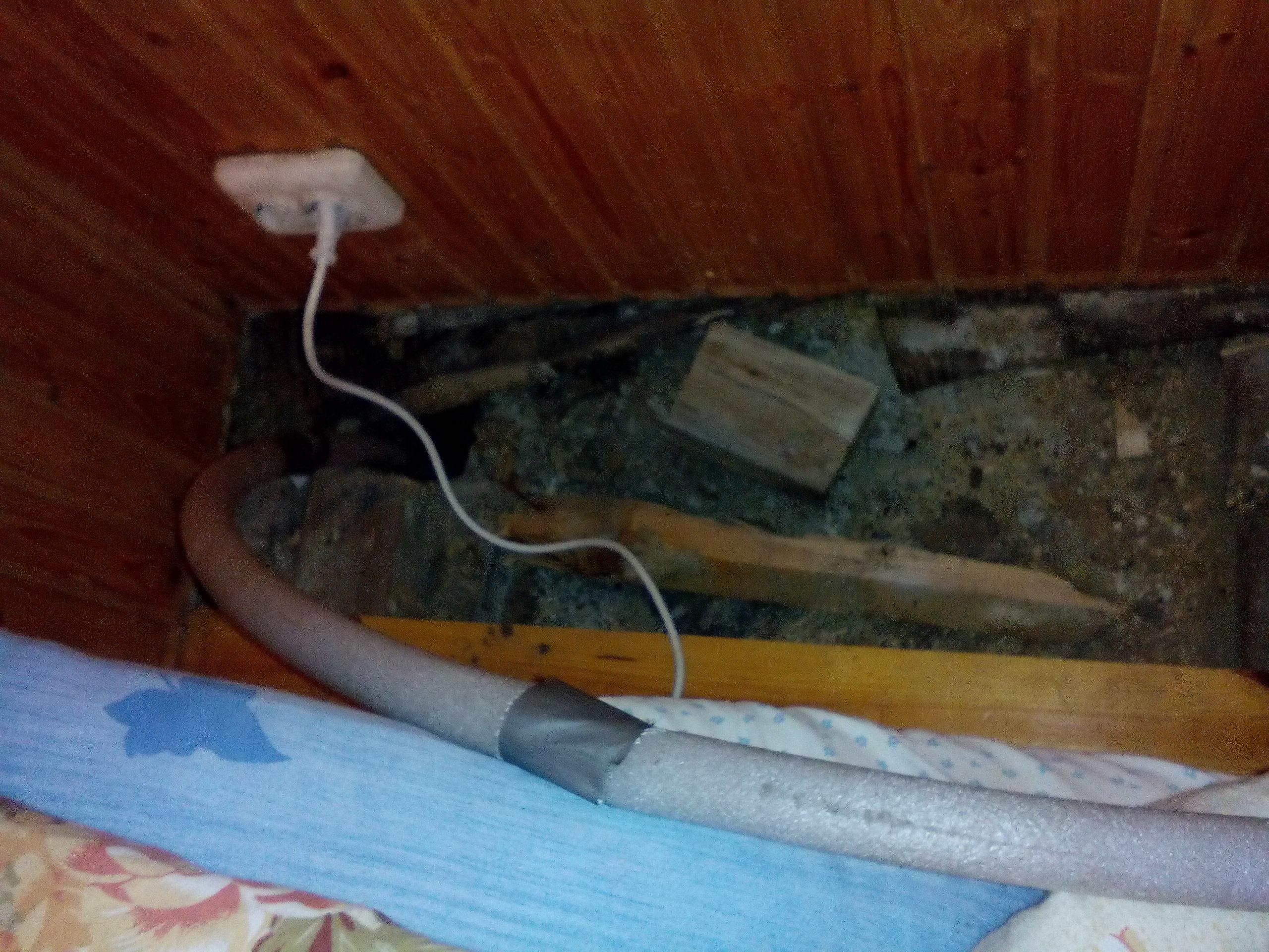 Неправильно подключение и завода трубы в дом водопроводной, халтура co стороны сантехников