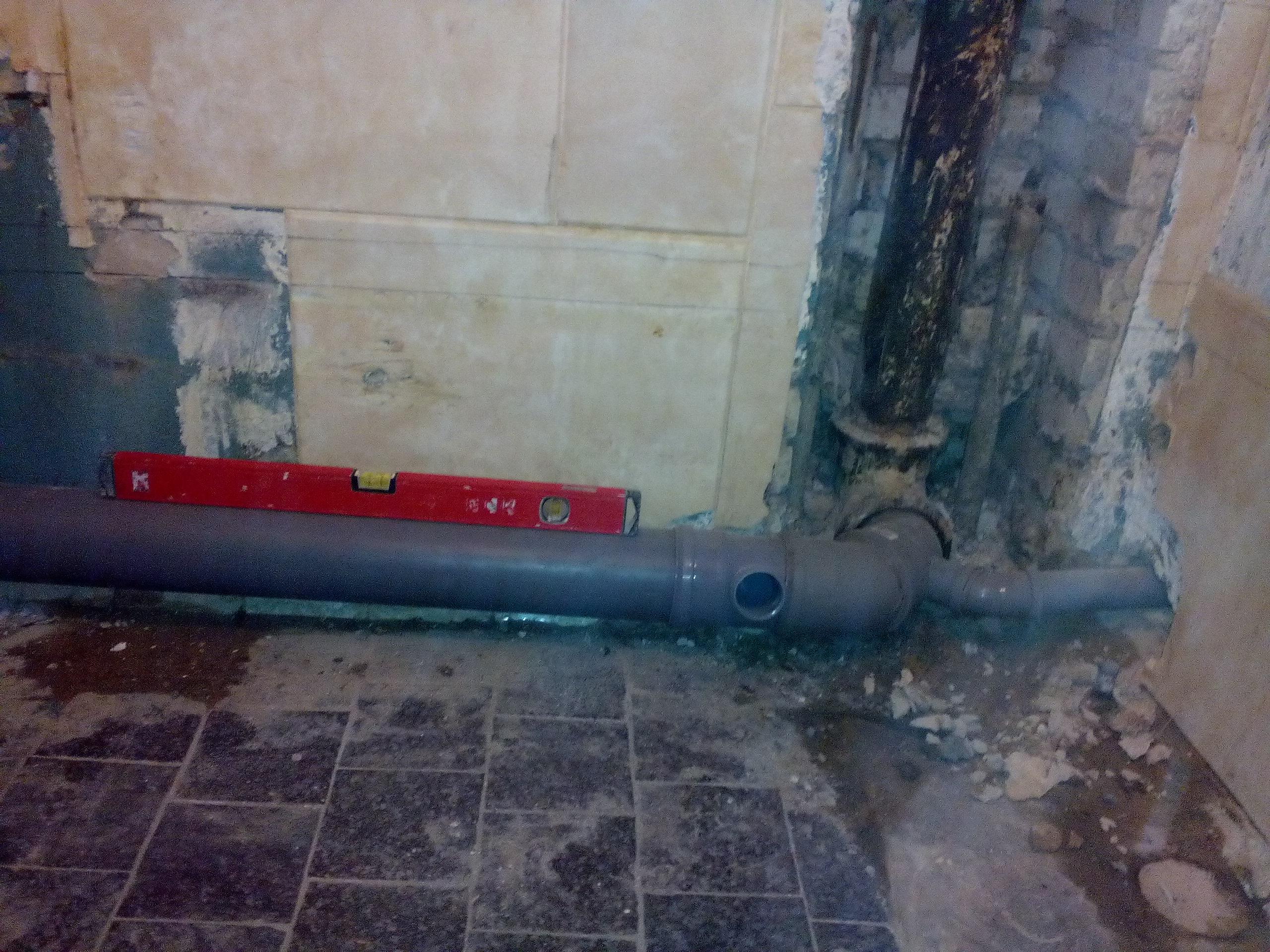 Прокладка канализации к стояку, вся работа проделана под уровень и уклон